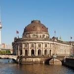1024px-Berlin_Museumsinsel_Fernsehturm